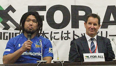 パナソニック ワイルドナイツのディーンズ監督(右)、堀江選手