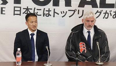 東芝ブレイブルーパスのブラックアダー ヘッドコーチ(右)、小川共同キャプテン