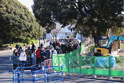 入場を待つファンの行列
