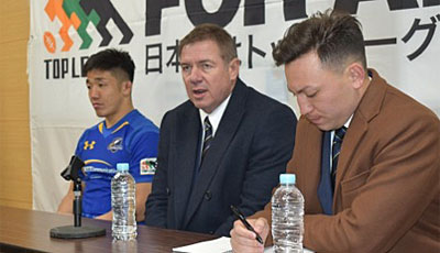 NTTコミュニケーションズシャイニングアークスのリース・エドワード ヘッドコーチ(中央)、金キャプテン(左)