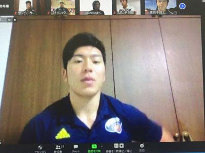 受講後にメディアからの取材を受ける中野将伍選手(サントリーサンゴリアス)