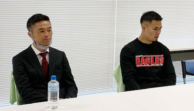 キヤノンイーグルスの沢木監督(左)、田村キャプテン