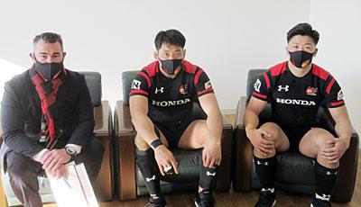 左から、Honda HEATのリー ヘッドコーチ、小林キャプテン、藤崎選手
