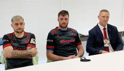 左から、NTTドコモレッドハリケーンズのペレナラ選手、エラスマス キャプテン、アッカーマン ヘッドコーチ