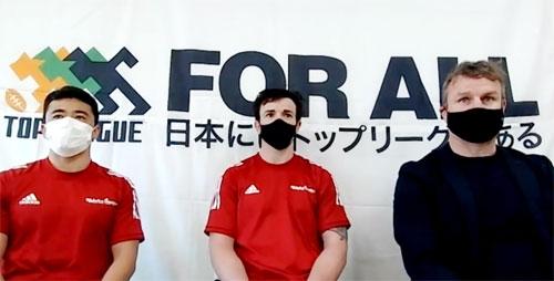 神戸製鋼コベルコスティーラーズの左から、日和佐選手、バックマン選手、ディロン ヘッドコーチ