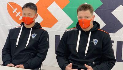 井上選手(左)、ラブスカフニ選手