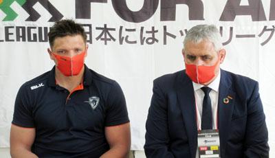クボタスピアーズのルディケ ヘッドコーチ(右)、ラブスカフニ ゲームキャプテン