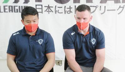 岸岡選手(左)、クロッティ選手