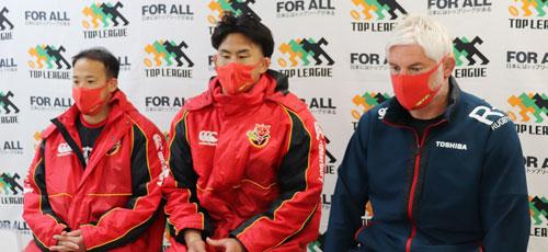 東芝ブレイブルーパスの左から、小川共同キャプテン、德永共同キャプテン、ブラックアダー ヘッドコーチ