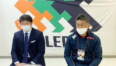 ヤマハ発動機ジュビロの堀川監督兼GM(右)、大戸キャプテン