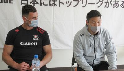 クリエル選手(左)、荒井選手
