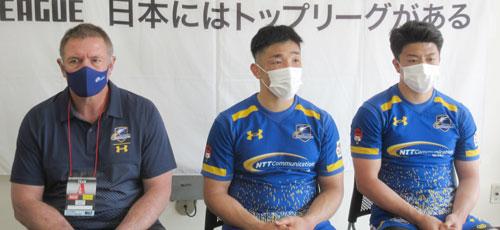 NTTコミュニケーションズシャイニングアークスの左から、リースエドワード ヘッドコーチ、金 共同キャプテン、前田選手
