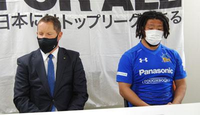 パナソニックワイルドナイツのディーンズ監督(左)、堀江選手