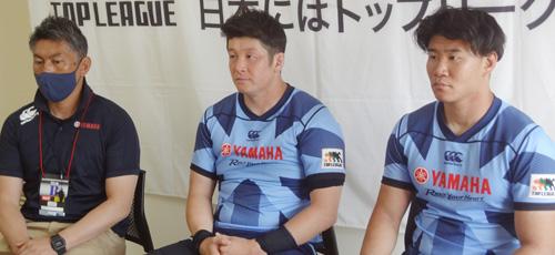 ヤマハ発動機ジュビロの左から、堀川監督、大戸キャプテン、奥村選手