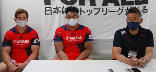 ヤマハ発動機ジュビロの右から、堀川監督、ウヴェ選手、スミス選手