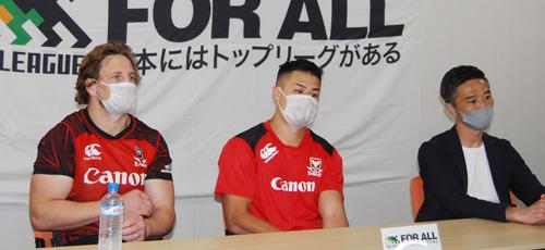キヤノンイーグルスの右から沢木監督、田村キャプテン、マレー選手